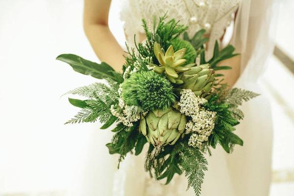 Bó hoa cầm tay cô dâu